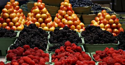 Berries and citrus being sold at a farmers market